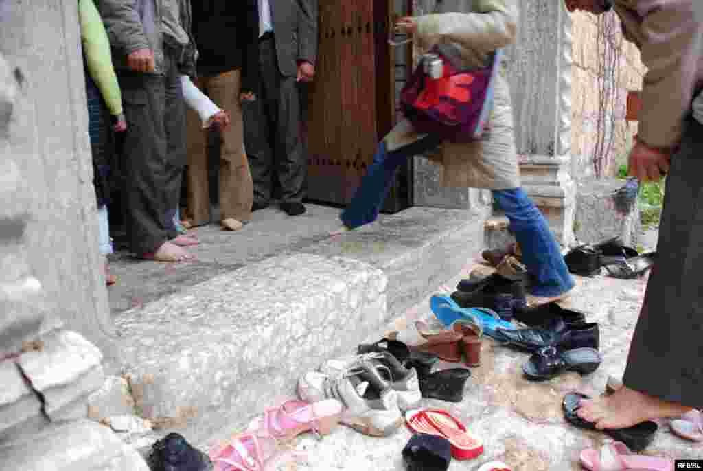 براي ورود به حريم معبد يا پرستشگاه حتما بايد کفش ها را کند. ديگر شرط ورود به معبد اين است که بر لبه ورودي پا نگذاري و از روي آن عبور کني.