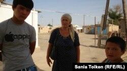 Шетпедегі желтоқсан оқиғасы кезінде кеудесінен оқ тиген Руслан анасы Қамар және бауырымен. Шетпе, 3 тамыз 2012 жыл.