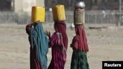 په افغانستان کې خلک له لرې لرې ځایونو کور ته پاکې اوبه وړي