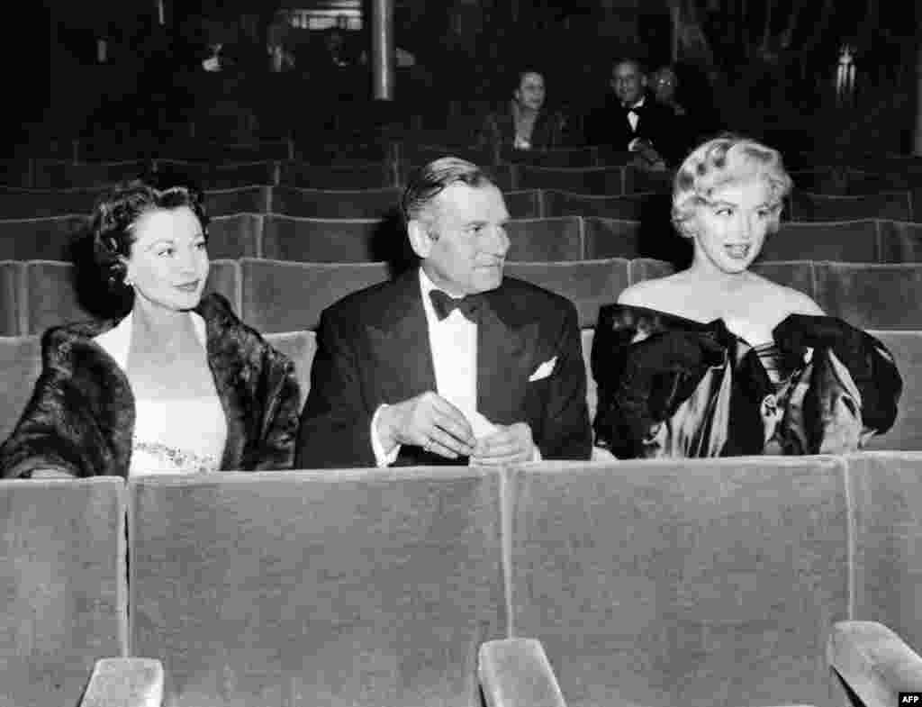 Marilyn Monroe (right) with fellow actors Vivien Leigh and Sir Laurence Olivier in 1956