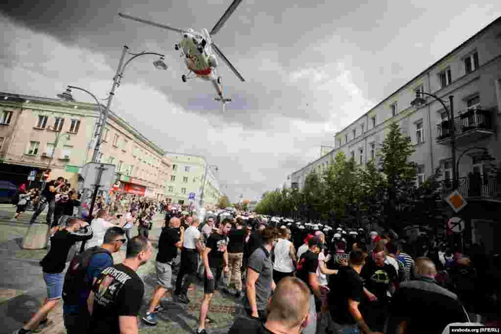 Для нэўтралізацыі праціўнікаў гей-параду паліцыя выкарыстала верталёт. Апускаючыся над групай людзей, ён ствараў паветраныя хвалі, пад ціскам якіх людзі разьбягаліся ў бакі.