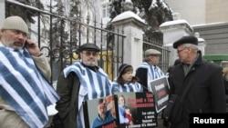 Пикет активистов у здания белoрусского посольства в Москве