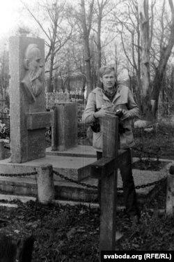 На магіле Францішка Багушэвіча. Жупраны, 1982 г.