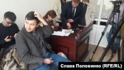 Асет Матаев (на переднем плане), руководитель информационного агентства КазТАГ, в суде. Алматы, 28 марта 2016 года.