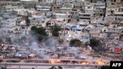 Haitinin dağılmış paytaxtının zəlzələdən sonra ümumi görüşünü, 20 yanvar 2010
