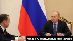 Dmitry Medvedev (solda) və Vladimir Putin
