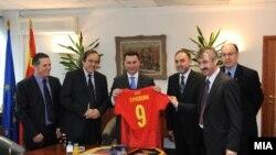 Премиерот Груевски со претседателот на УЕФА Мишел Платини