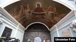 У середу в Києві відбулась акція протесту «Не дамо викинути музеї з Лаври!»