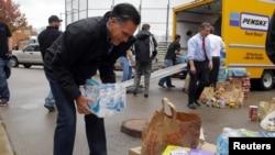 Кандидат в президенты США Митт Ромни участвует в погрузке гуманитарного груза, предназначенного для пострадавших от урагана «Сэнди». Штат Огайо, 30 октября 2012 года.