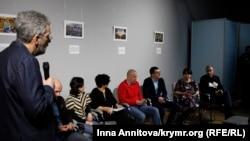 «Bütünley çıqarılıp alınğan» Nikolay Semenanıñ foto-resimler sergisiniñ açılışında