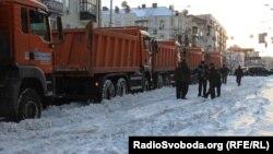 Комунальні служби прибирають сніг на вулицях Києва, 25 березня 2013 року