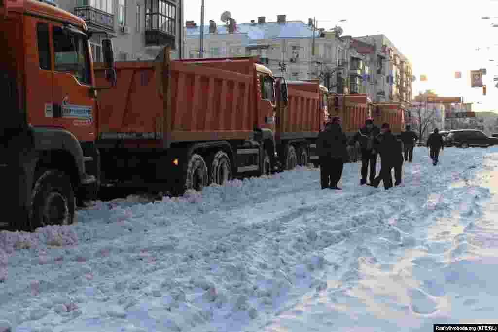 Комунальні служби прибирають сніг на вулицях Києва