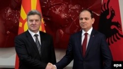 Bilo bi učinkovitije da su lideri albanskih partija u Makedoniji dogovor o svojoj pregovaračkoj platformi postigli u Skoplju, a ne u Tirani: Na fotografiji makedonski i albanski predsednici Đorđi Ivanov i Bujar Nišani