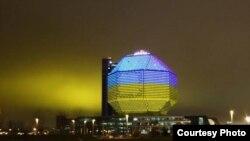Нацыянальная бібліятэка ў жоўта-блакітных колерах (калаж з сацсетак)