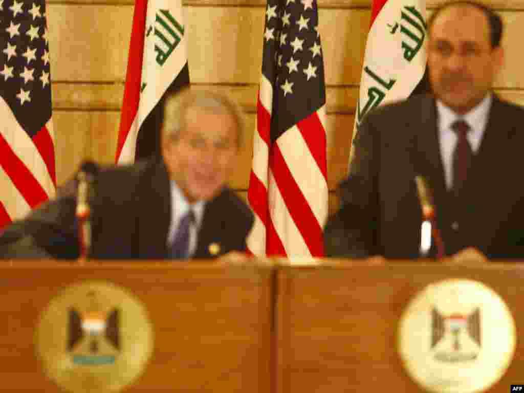 Останній візит до Іраку - Президент Дж. Буш (зліва) намагається уникнути черевика, якого запустив у президента США присутній на прес-конференції журналіст. Це була остання зустріч із пресою в Багдаді, яку Дж.Буш провів разом із прем'єром Іраку Нурі аль-Малікі 14 грудня 2008 року.