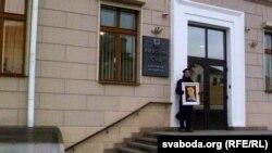 Алесь Пушкін на прыступках Вярхоўнага суда
