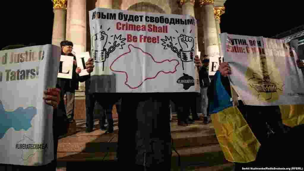 «Крим буде вільний» – говорить плакат одного з учасників акції