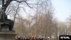 Ақиық ақын Мұқағалидың туған күнін тойлаушылар оның ескерткіші алдында. Алматы, 9 ақпан, 2009 жыл.