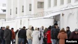 Близкие задержанных оппозиционеров у СИЗО в Минске