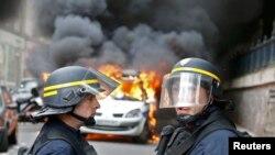 Протестующие подожгли полицейский автомобиль