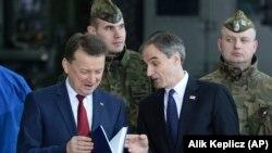 Ministrul polonez al apărării Mariusz Blaszczak și ambasadorul Statelor Unite după semnarea contractului