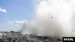 На городской свалке горит мусор. Актобе, октябрь 2009 года.