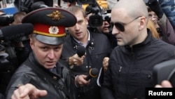 Сергій Удальцов (п) прибуває на допит у Слідчому комітеті Росії 11 жовтня 2012 року