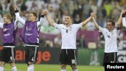 Футболисты сборной Германии празднуют победу над командой Португалии на чемпионате Европы. Львов, 9 июня 2012 г