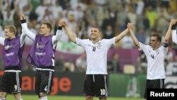 Футболисты сборной Германии празднуют очередную победу на Евро-2012