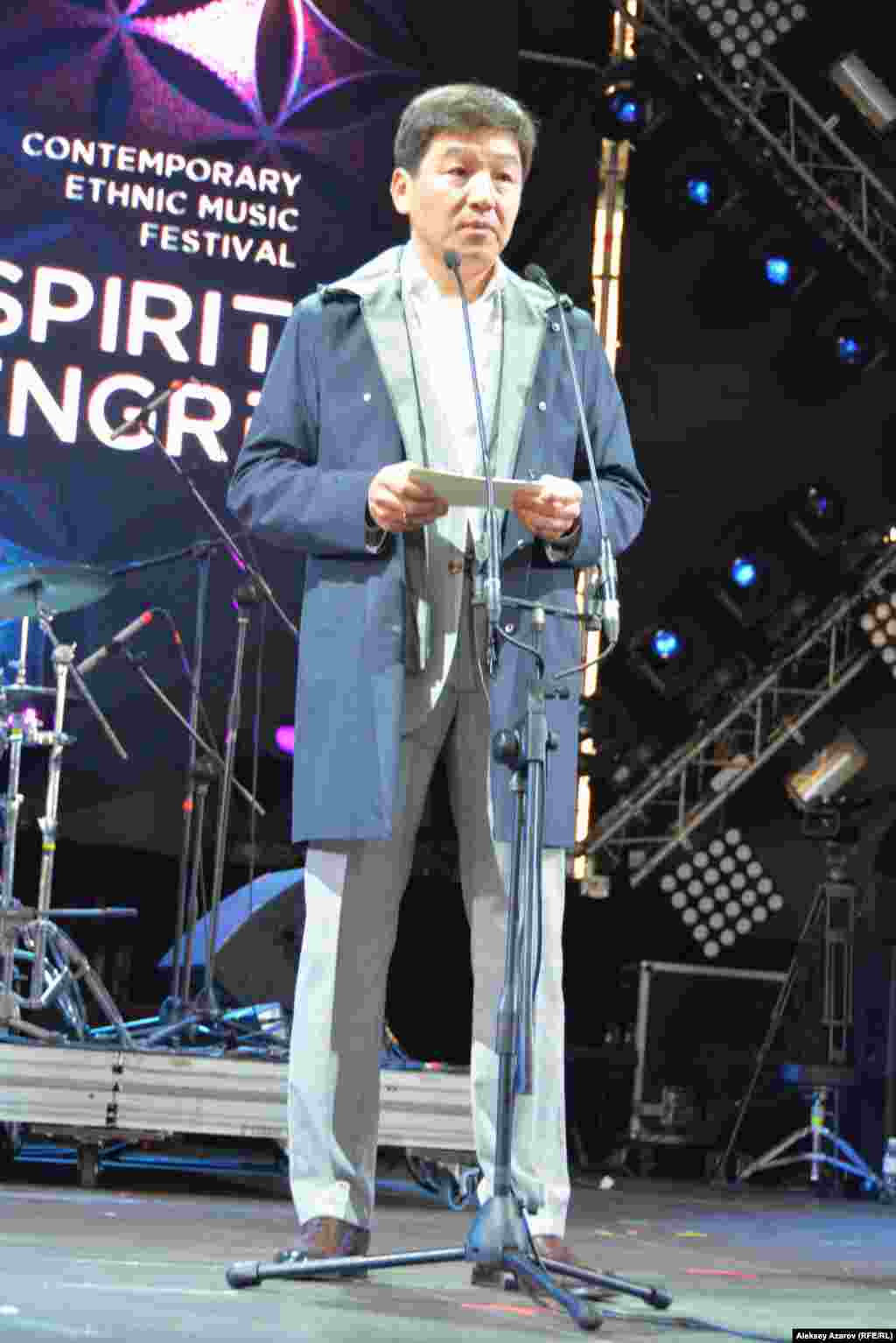 В перерыве между выступлением второго и третьего участника на сцену вышел аким Алматы Бауыржан Байбек и обратился к зрителям с приветственным словом, в котором отметил значимость фестиваля The Spirit of Tengri для Алматы. Алматы, 25 мая 2019 года.