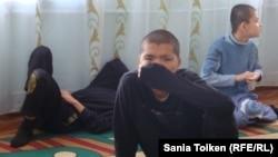 Дети в специализированной школе для детей с ограниченными возможностями в Атырау.