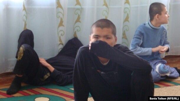 В Атырауском интернате для детей с задержкой умственного развития. Октябрь 2012 года.