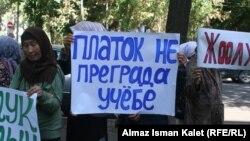 Мектепке жоолукчан келүүнү колдогондордун акциясы. Бишкек, 19-сентябрь, 2011.