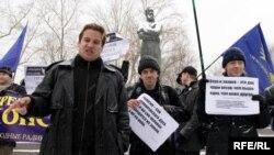 Станислав Яковлев (слева) на одном из митингов