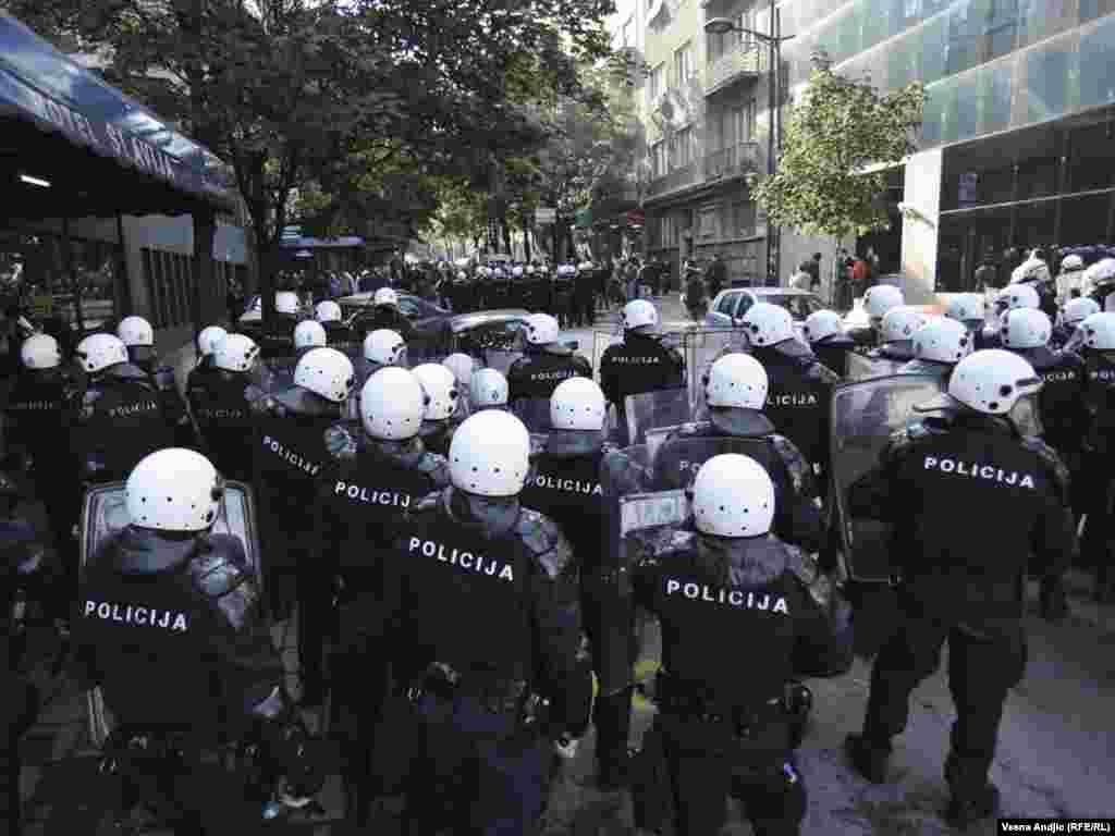 Сербська поліція заарештувала понад 200 осіб після масових заворушень, які сталися у неділю, коли кілька тисяч активістів праворадикальних угруповань протестували проти ґей-параду. Поранення отримали 147 поліцейських та 22 демонстранти