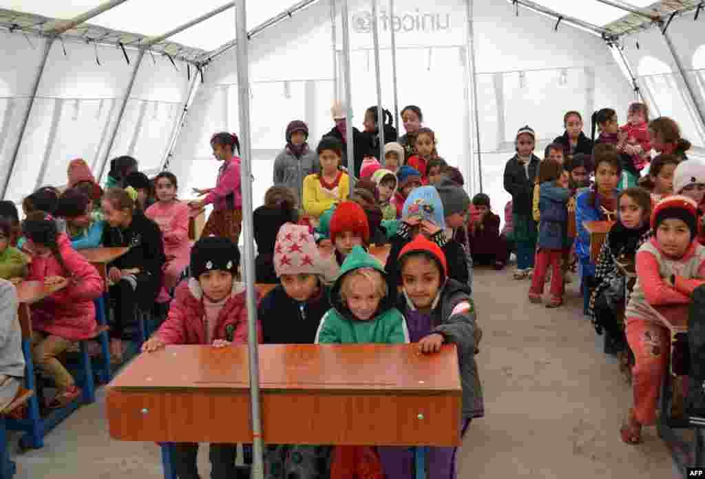 کودکان در همین اردوگاهها به مدرسه رفتهاند و حالا، از زمان اشغال شهرشان توسط داعش، سه سال بزرگتر شدهاند.