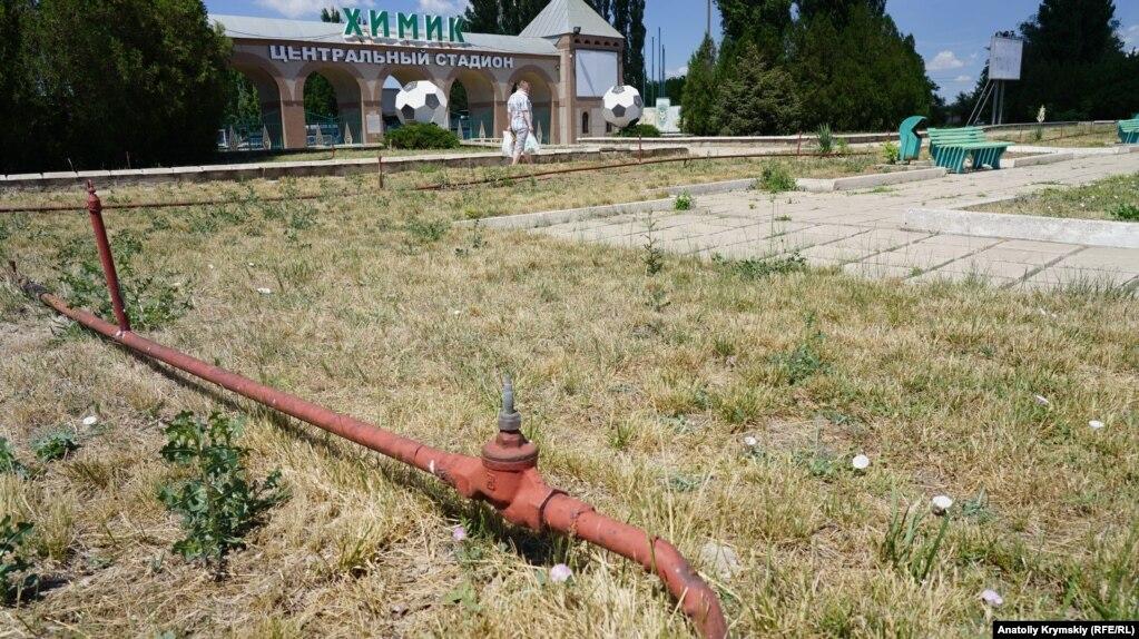 Поливная система у парадного входа на городской стадион «Химик» давно не работает