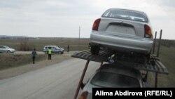 Водитель грузовика Руслан (слева) идет к автоинспектору. Поселок Курайли Мартукского района Актюбинской области, 15 апреля 2011 года.