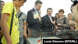 Printre vizitatori, ambasadorul român Marius Lazurca (centru)