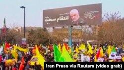 Hiljade Iranaca učestvovalo je na pogrebnom okupljanju za ubijenog komandatna elitnih Kuds snaga Revolucionarne garde Irana Kasema Sulejmanija, u šiitskom svetom gradu Mašhadu, 5. januara 2020.