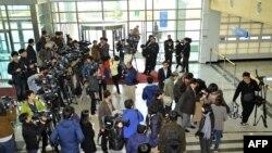 Журналисты перед таможенным проходом со стороны Южной Кореи после отказа в доступе в совместный промышленный парк Кэсон в Северной Корее, 3 2013