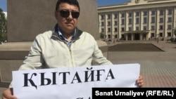Орал қаласында азаматтық белсенді Исатай Өтепов жалғыз адамдық акция өткізіп тұр. 24 сәуір 2016 жыл.
