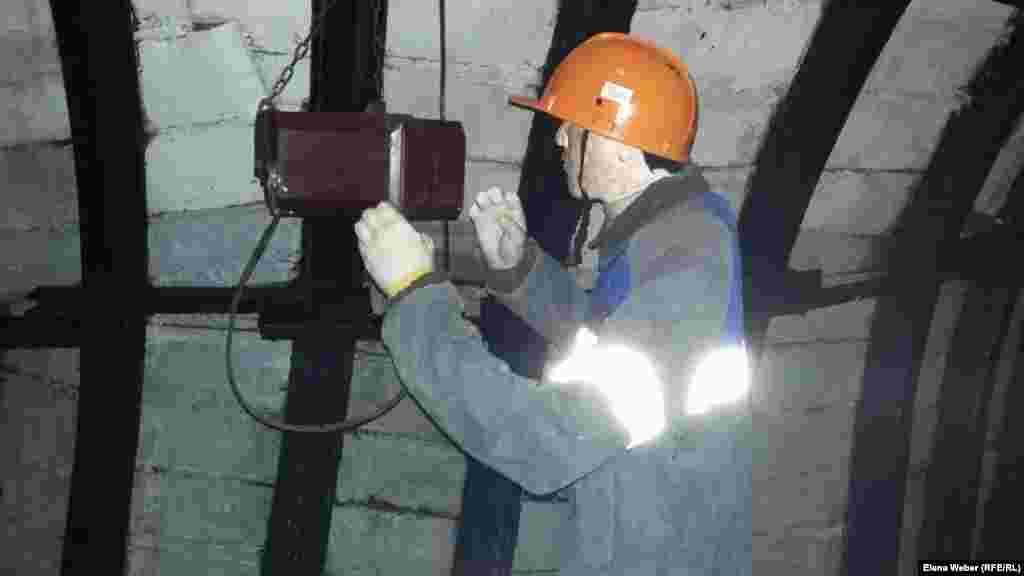 Прибор контроля газа метана в шахте.
