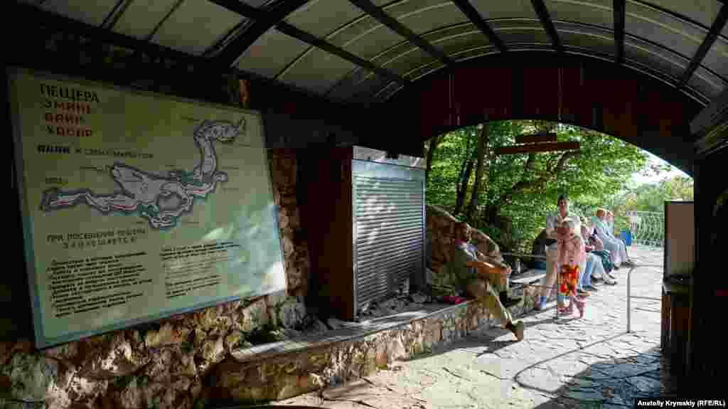 Туристы в ожидании экскурсии перед входом в пещеру Эмине-Баир-Хосар. Экскурсия длится полтора часа