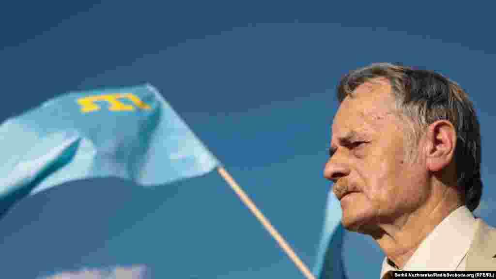 Лідер кримськотатарського народу Мустафа Джемілєв. У СРСР за свої політичні погляди Джемілєв був виключений з вишу та сім разів судимий. Всього у місцях позбавлення волі він провів п'ятнадцять років: був ув'язненим у 1966-1967, 1969-1972, 1974-1976,1979-1982, у1983-1986 роках був у засланні в Якутії