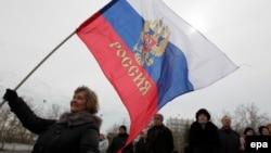 Женщина с российским флагом на улицах Симферополя