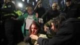 Анна Субелиани, известная правозащитная активистка, после атаки. В нее угодил брошенный кем-то камень. Субелиани пришла на показ фильма «А потом мы танцевали» в Тбилиси.