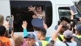 Билікке наразылық білдіріп бейбіт митингіге шыққандарды полиция ұстап, көлікке күштеп салды. Алматы, 6 шілде 2019 жыл.
