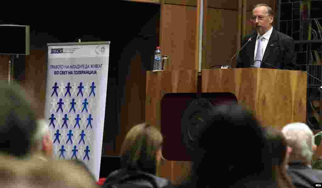 МАКЕДОНИЈА - Охрабрување за реформскиот процес, благодарност за досегашната соработка, но и лично признание до премиерот Зоран Заев за успешното надминување на политичката криза упати генералниот секретар на ОБСЕ, Томас Гремингер при посетата на Македонија и по средбата со македонскиот премиер. Мисијата на ОБСЕ останува тука и ја нуди својата поддршка во натамошните напори за реформите и натамошната соработка, истакна Гремингер.