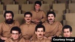 محمدرضا شجریان (صندلی آخر) و پرویز مشکاتیان (نفر اول سمت چپ در ردیف دوم).